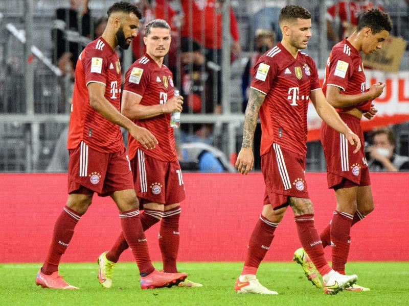 Münchens Spieler gehen enttäuscht vom Platz - das Spiel endete 1:2. Foto: Matthias Balk/dpa