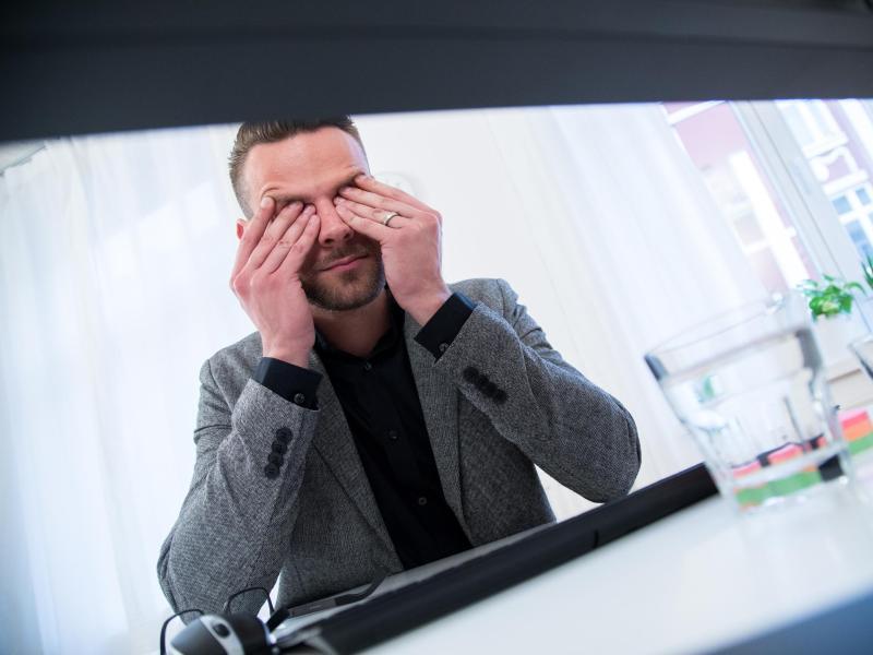 Wer viel Zeit vor dem Bildschirm verbringt, hat oft müde und strapazierte Augen. Ein paar Entspanungs- und Muskelübungen helfen und tun gut. Foto: Christin Klose/dpa-tmn
