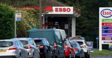 Autofahrer stehen vor einer Esso-Tankstelle in Ashford Schlange, um zu tanken. Foto: Gareth Fuller/PA/dpa