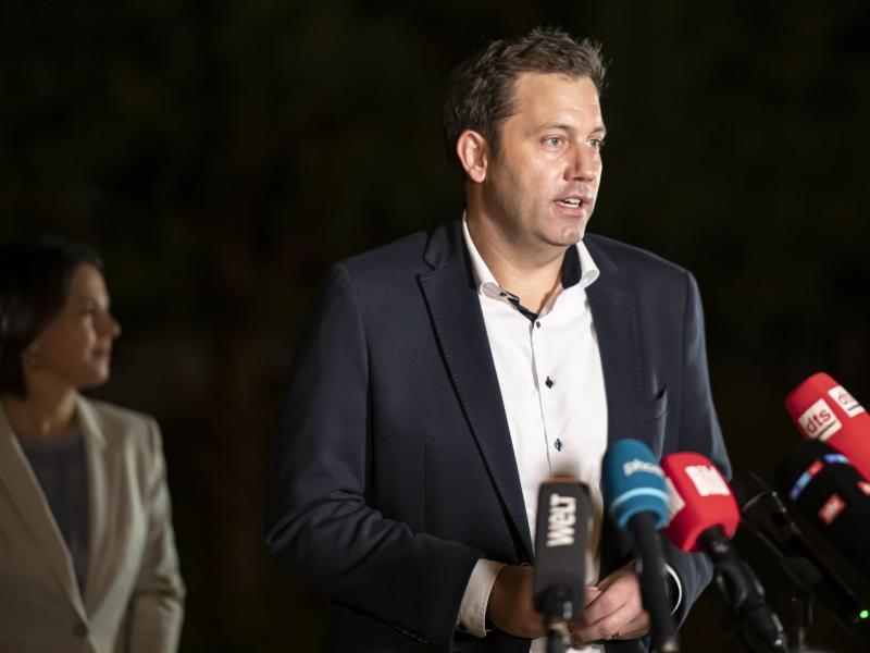 Lars Klingbeil (SPD), Generalsekretär, spricht bei einem Pressestatement nach Sondierungsgesprächen zwischen SPD und den Grünen. Foto: Fabian Sommer/dpa