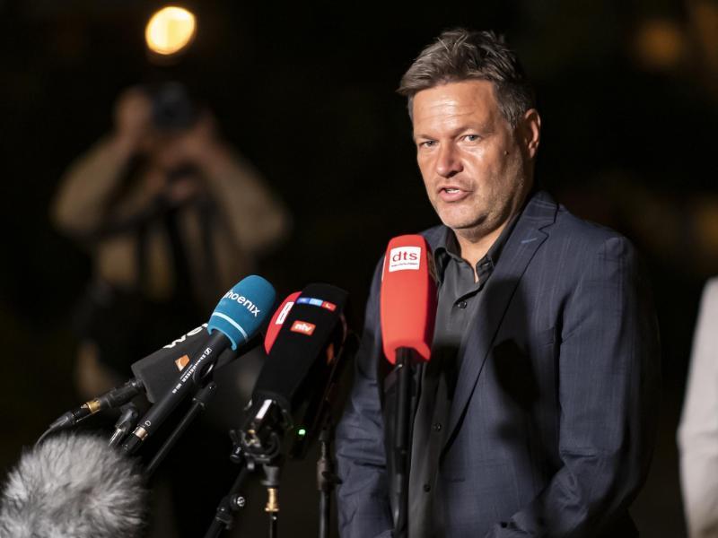 Robert Habeck (Bündnis 90/ Die Grünen), spricht bei einem Pressestatement nach Sondierungsgesprächen zwischen der SPD und den Grünen. Foto: Fabian Sommer/dpa