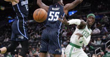 E'Twaun Moore (M/55) und Moritz Wagner (21/l)) von Orlando Magic blocken Celtics-Spieler Dennis Schröder. Foto: Charles Krupa/AP/dpa