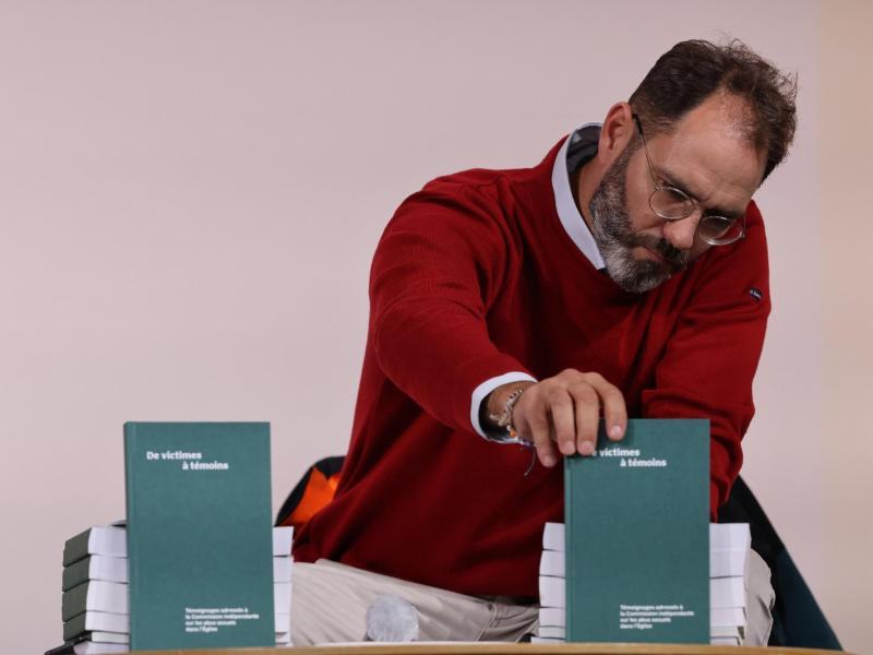 Francois Devaux, Gründer der Opfervereinigung «La parole liberee», stellt den Bericht der unabhängigen Untersuchungskommission vor. Foto: Thomas Coex/AFP Pool/AP/dpa