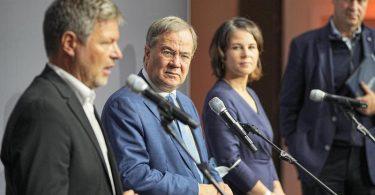 Robert Habeck, Armin Laschet, Annalena Baerbock und Markus Söder treten nach dem Sondierungsgespräch vor die Presse. Foto: Michael Kappeler/dpa