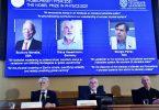 Der Generalsekretär der Königlich Schwedischen Akademie der Wissenschaften, Goran Hansson (M), und Mitglieder des Nobelkomitees für Physik geben in Stockholm die Nobelpreisträger für Physik bekannt. Foto: Pontus Lundahl/TT NEWS AGENCY/AP/dpa