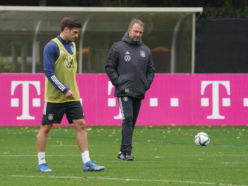 Wird von Bundestrainer Hansi Flick in der Viererkette eingesetzt: Jonas Hofmann (l). Foto: Marcus Brandt/dpa