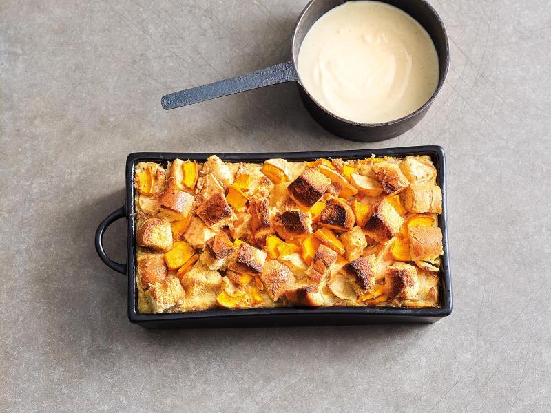 Für einen Kürbis-Brot-Auflauf werden Kürbisspalten, Apfelspalten und Brotwürfel in einer Auflaufform geschichtet und, mit einer Milch-Zucker-Ei-Mischung übergossen, im Ofen gebacken. Foto: Coco Lang/Gräfe und Unzer Verlag/dpa-tmn