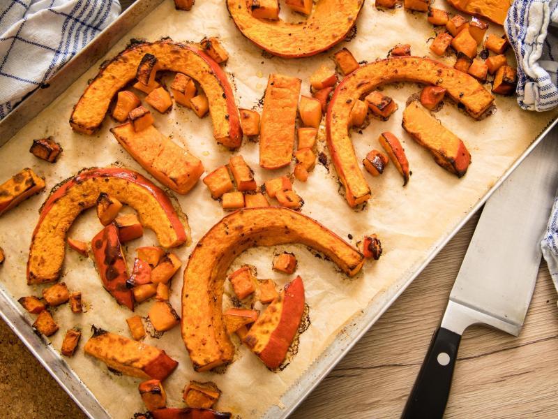 Wird das Fruchtfleisch des Kürbis nicht gekocht, sondern im Ofen gebacken, verdunstet die Feuchtigkeit. So lässt sich die Masse besser verarbeiten, etwa zu Gnocchi. Foto: Christin Klose/dpa-tmn