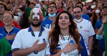 Die italienischen Fans hoffen auf einen weiteren Erfolg ihrer Fußball-Nationalmannschaft. Foto: Alessandra Tarantino/AP/dpa