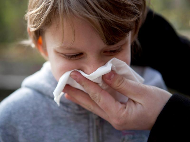 Gefühlt läuft das Näschen den ganzen Winter. Gerade im ersten Kitajahr machen Kinder viele Infekte durch. Foto: Silvia Marks/dpa Themendienst/dpa-tmn/Illustration