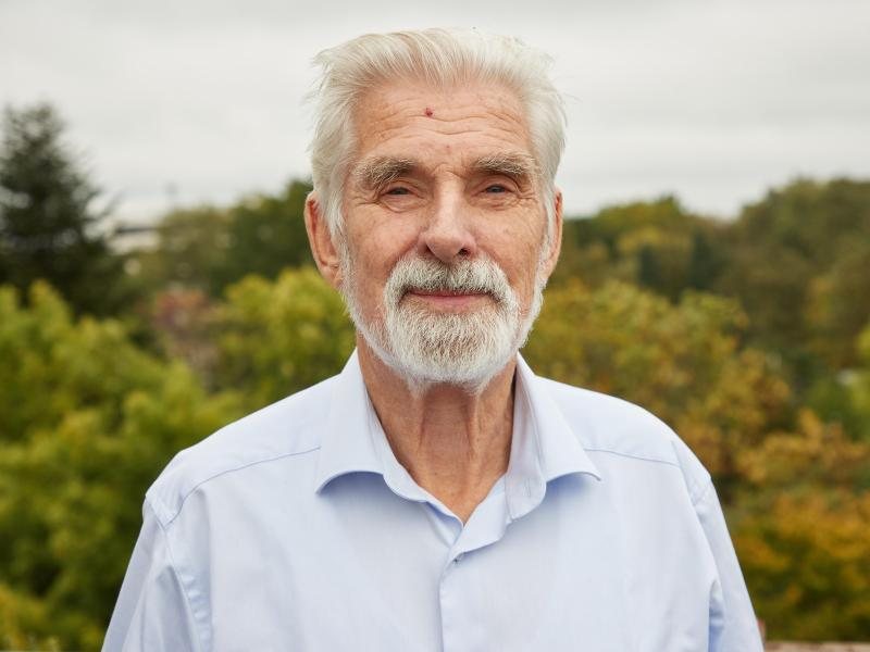 Klimaforscher Klaus Hasselmann ist von seiner Auszeichnung mit dem Physik-Nobelpreis völlig überrascht worden. Foto: Georg Wendt/dpa