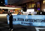 Nach Antisemitismus-Vorwürfen haben sich am Abend Hunderte Menschen vor dem «Westin Hotel» Leipzig versammelt, um Solidarität mit dem Musiker Gil Ofarim und Jüdinnen und Juden in Deutschland zu zeigen. Foto: Dirk Knofe/dpa