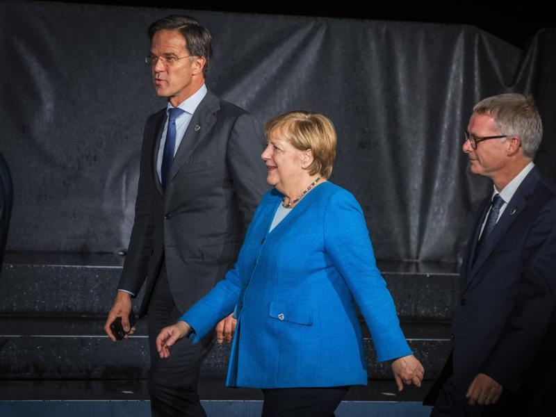 Bundeskanzlerin Angela Merkel trifft mit weiteren EU-Staats- und Regierungschefs im Rahmen eines EU-Westbalkan-Gipfels ein. Foto: Jaroslav Novák/TASR/dpa
