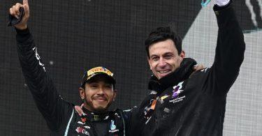 Immer skeptisch gegenüber der eigenen Leistung: Lewis Hamilton (l) und Motorsportchef Toto Wolff. Foto: Ozan Kose/POOL AFP/AP/dpa