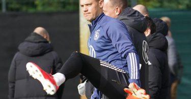 Bereit für das WM-Qualifikationsspiel gegen Rumänien: Kapitän Manuel Neuer kommt zum Training. Foto: Marcus Brandt/dpa