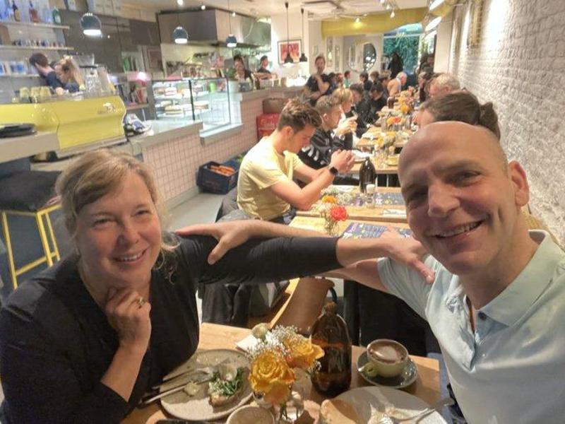 Selfie des Chemikers Benjamin List und seiner Frau Sabine List in einem Amsterdamer Restaurant im Urlaub, kurz nachdem sie die Nachricht von seinem Nobelpreis erhalten haben. Foto: Benjamin List/dpa