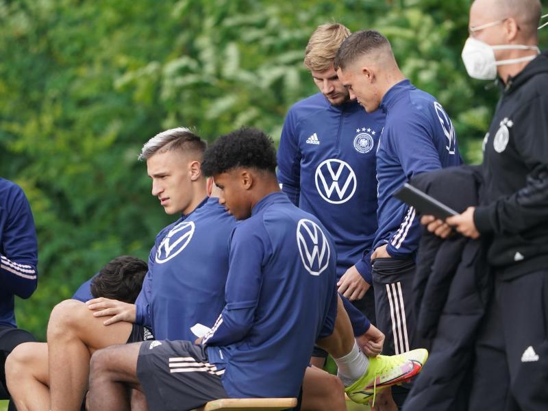 Auch die Youngster Nico Schlotterbeck (l), Karim Adeyemi (2.v.l) und Florian Wirtz (r) stehen im DFB-Aufgebot. Foto: Marcus Brandt/dpa