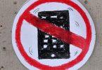 Kein Smartphone: Jugendliche mit einer Gehirnerschütterung genesen schneller, wenn sie eine Zeit lang die Finger vom Handy lassen. Foto: Jens Kalaene/dpa-Zentralbild/dpa-tmn