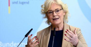 Bundesjustizministerin Christine Lambrecht fordert, die sozialen Netzwerke stärker an die Kandare zu nehmen. Foto: Britta Pedersen/dpa-Zentralbild/dpa