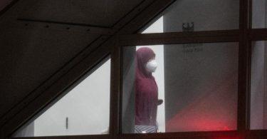 Eine verschleierte Frau betritt einen abgeschirmten Bereich der Bundespolizei am Flughafen Frankfurt. Foto: Boris Roessler/dpa