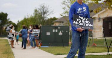 Timothy Dougherty und etwa andere Abtreibungsgegner protestieren vor einer Klinik in McKinney, Texas. Foto: Brandon Wade/FR168019 AP/dpa