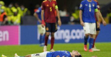 Italiens Federico Chiesa liegt nach der Niederlage gegen Spanien auf dem Boden. Foto: Antonio Calanni/AP/dpa