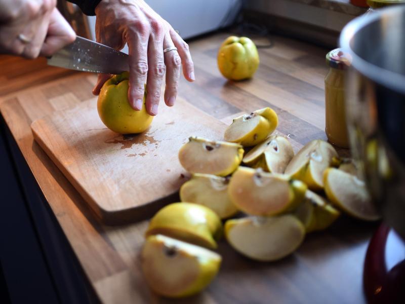 Wird beim Aufschneiden der Quitten braunes Fruchtfleisch sichtbar, ist der Schreck groß. Die Fleischbräune ist aber unbedenklich, sie tritt bei ungünstigen Wachstumsbedingungen auf. Foto: Britta Pedersen/dpa-Zentralbild/dpa-tmn