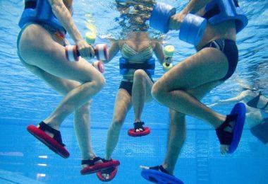 Entlastung dank Auftrieb: Im Wasser trainiert man nur mit einem Bruchteil des eigenen Körpergewichts. Foto: Kirsten Neumann/dpa-tmn