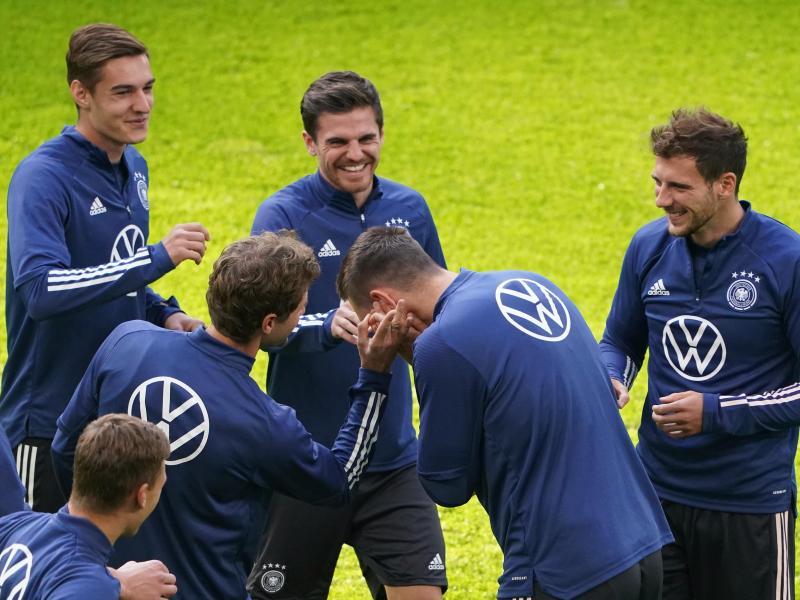 Die DFB-Spieler haben beim Abschlusstraining im Volksparkstadion beste Laune. Foto: Marcus Brandt/dpa