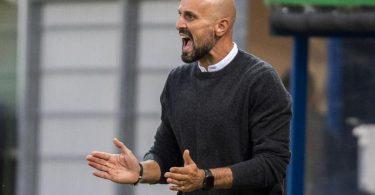 U21-Coach Antonio Di Salvo feuert sein Team an. Foto: David Inderlied/dpa