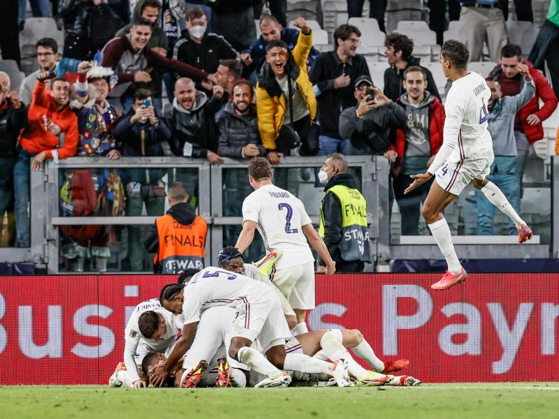 Die Franzosen feiern den 3:2-Sieg gegen Belgien. Foto: Bruno Fahy/BELGA/dpa