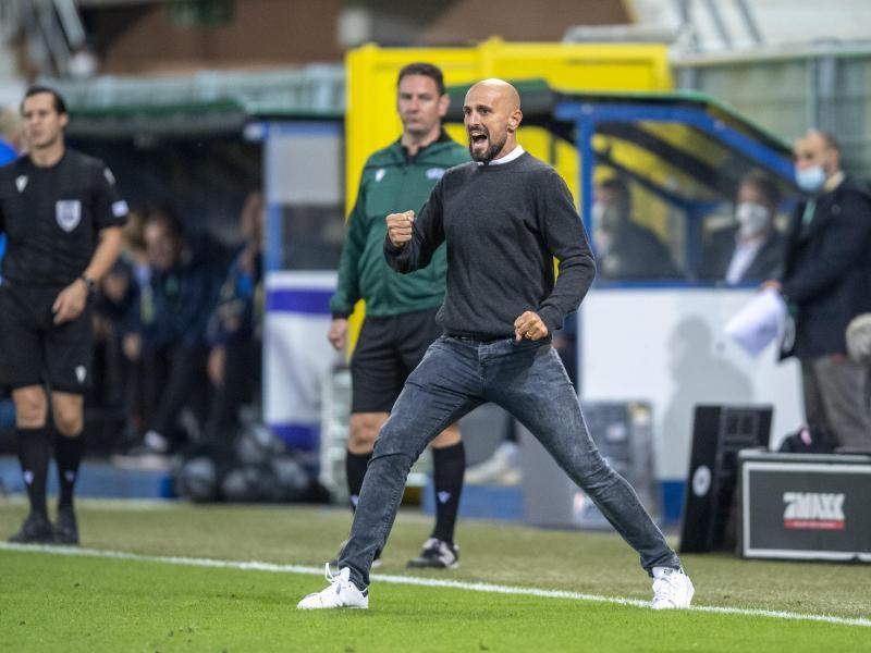 U21-Trainer Antonio Di Salvo jubelt über den Sieg seines Teams. Foto: David Inderlied/dpa