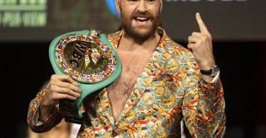 Muss erneut gegen Deontay Wilder ran: Tyson Fury gestikuliert bei einer Pressekonferenz mit seinem Gürtel. Foto: Erik Verduzco/Las Vegas Review-Journal/AP/dpa