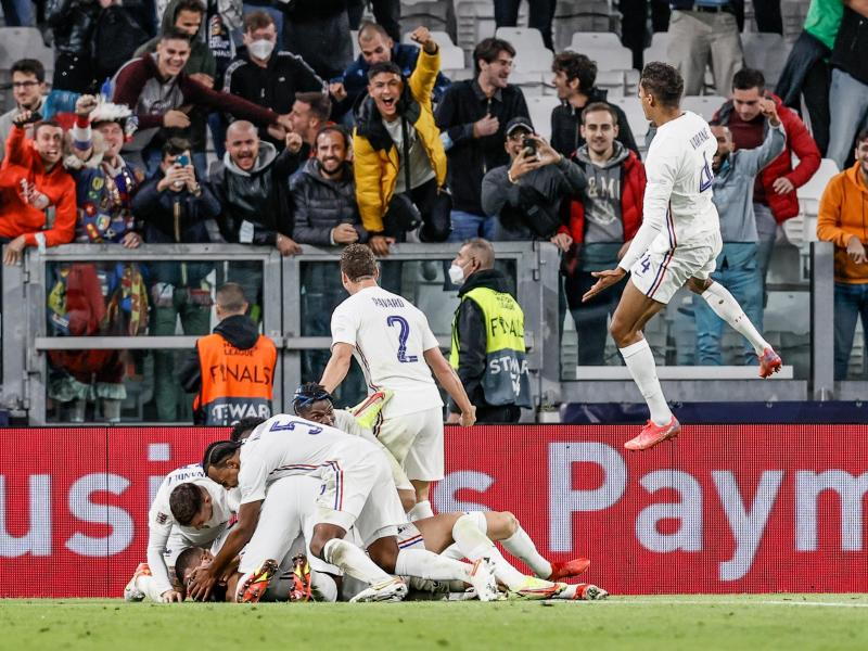 Frankreichs Spieler feiern den Treffer zum 3:2-Sieg gegen Belgien. Foto: Bruno Fahy/BELGA/dpa