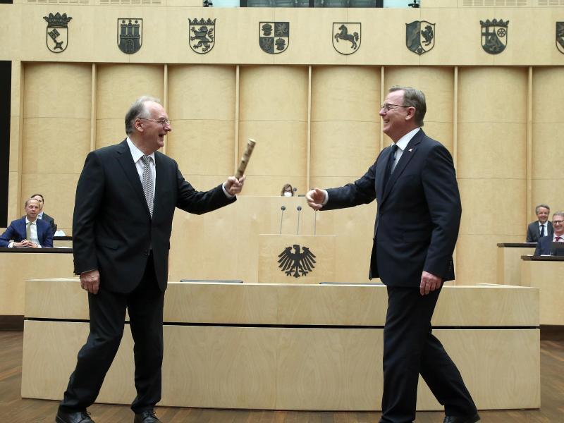 Reiner Haseloff übergibt im Bundesrat den Staffelstab an Bodo Ramelow. Foto: Wolfgang Kumm/dpa