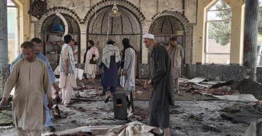 Menschen betrachten die Schäden in einer Moschee nach einem Bombenanschlag. In der Provinz Kundus im Norden Afghanistans sind bei einer Explosion in einer Moschee mehrere Menschen ums Leben gekommen. Foto: Abdullah Sahil/AP/dpa