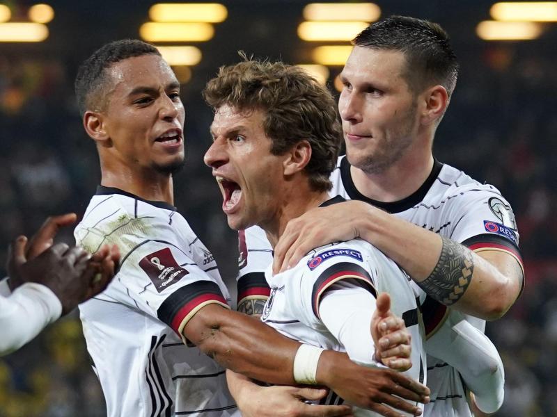 Thomas Müller (M) erzielte den späten 2:1-Siegtreffer für das DFB-Team. Foto: Marcus Brandt/dpa