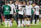 Die deutsche Mannschaft jubelt nach dem Abpfiff. Foto: Axel Heimken/dpa