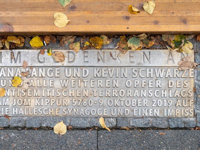 Eine Gedenktafel erinnert an die Opfer des rechten Attentats von 2019: eine 40 Jahre alte Frau und einen 20-jährigenMann. Foto: Hendrik Schmidt/dpa-Zentralbild/dpa
