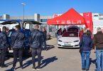 Mancher Besucher beiTeslas Tag der offenen Tür dürfte wohl vor allem aus einem Grund gekommen sein: um einmal in einem Modell des US-Elektroautobauers zu sitzen. Foto: Patrick Pleul/dpa-Zentralbild/dpa
