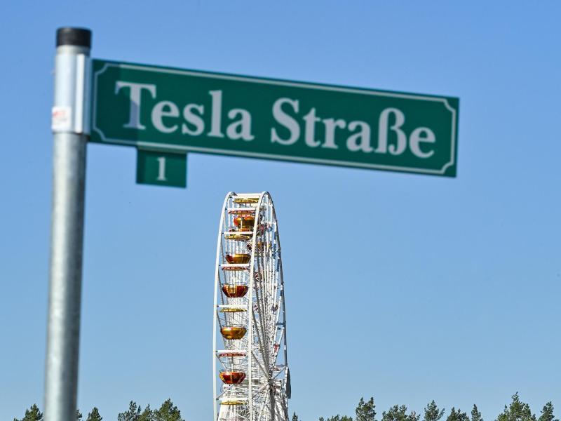 Auf dem Werksgelände inGrünheide inBerlin wird vor allem eines groß geschrieben: die Marke Tesla. Foto: Patrick Pleul/dpa-Zentralbild/ZB