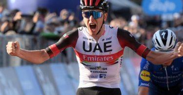Der Slowene Tadej Pogacar (l) vom UAE Team Emirates feiert seinen Sieg bei der 115. Lombardei-Rundfahrt. Foto: Gian Mattia D'alberto/LaPresse via ZUMA Press/dpa