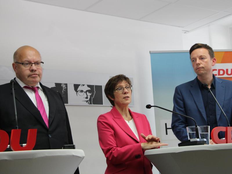 Peter Altmaier (v. l.), Annegret Kramp-Karrenbauer und Saar-CDU-Chef Tobias Hans verkünden in Saarbrücken den Generationswechsel im Landesverband. Foto: Katja Sponholz/dpa
