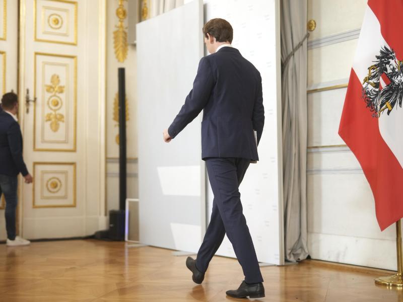Kurz verlässt nach dem Statement den Saal im Bundeskanzleramt in Wien. Foto: Georg Hochmuth/APA/dpa