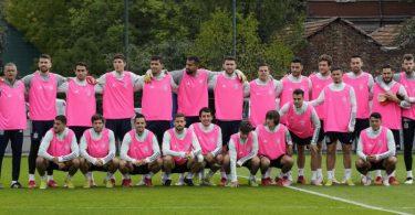 Als Zeichen im Kampf gegen Brustkrebs absolvierten die Spieler von Trainer Luis Enrique ihr Abschlusstraining mit rosa Leibchen. Foto: Luca Bruno/AP/dpa
