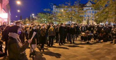 Kundgebung der Initiativen «Migrant Voices Halle» und «Niemand wird vergessen» am Abend in Halle. Foto: Heiko Rebsch/dpa-Zentralbild/dpa