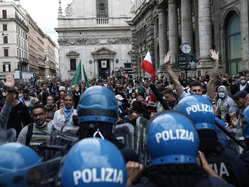 Protestteilnehmer und Polizisten stoßen aufeinander. Anlass der Demo ist die Verschärfung des italienischenGesundheitspasses. Foto: Cecilia Fabiano/LaPresse via ZUMA Press/dpa