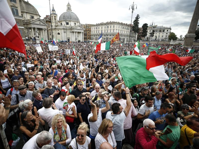 Mehrere Tausend Menschen hatten sich in Rom auf der Piazza del Popolo zu einer Demonstration versammelt. Foto: Cecilia Fabiano/LaPresse/AP/dpa