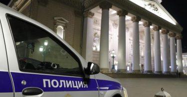 Ein Wagen von Sicherheitsbeamten steht vor dem Moskauer Bolschoi Theater. Foto: Mikhail Japaridze/TASS/dpa