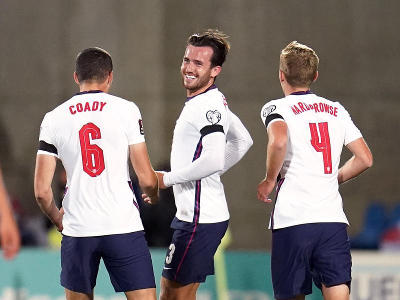 Ben Chilwell (M) feiert mit Mannschaftskameraden sein Tor zur 1:0-Führung der Three Lions gegen Andorra. Foto: Nick Potts/PA Wire/dpa